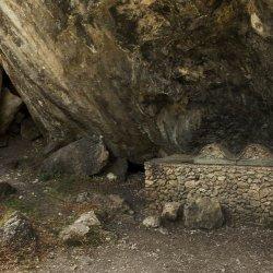 Bancada de piedra en el Nacimiento del Río Mundo