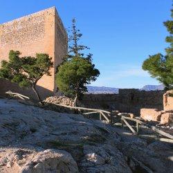 Torre triangular del Castillo en el cerro Mola en Novelda de Alicante