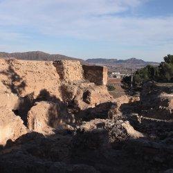 Ruinas del Castillo en el cerro Mola en Novelda de Alicante