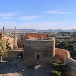 Torres antiguas del Castillo en el cerro Mola en Novelda de Alicante