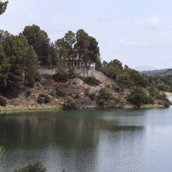 El pueblo en el Embalse de Camarillas en Albacete