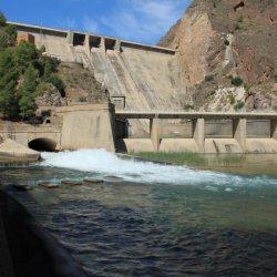 """Rebosadero de las aguas en la presa """"El Cenajo"""" en el río Segura"""
